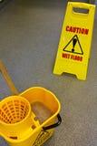 Señal de peligro del suelo que aljofifa Fotos de archivo