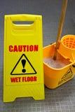 Señal de peligro del suelo que aljofifa Fotografía de archivo libre de regalías