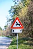 Señal de peligro del tráfico para los ciervos y el dólar Imagen de archivo libre de regalías