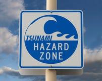 Señal de peligro del tsunami imagen de archivo