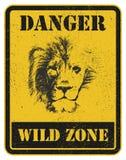 Señal de peligro eñal de peligro con el león Imagen de archivo