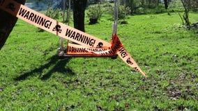 Señal de peligro en cinta en el oscilación metrajes