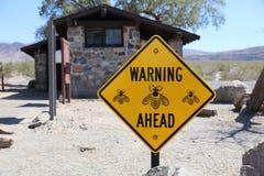 Señal de peligro en el retrete público en el parque nacional de Death Valley Imagen de archivo libre de regalías