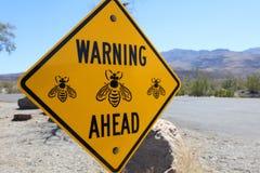 Señal de peligro en el retrete público en el parque nacional de Death Valley Fotos de archivo libres de regalías
