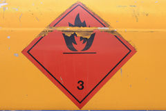 Señal de peligro en el vehículo con el tanque para el líquido inflamable Imágenes de archivo libres de regalías