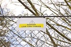 Señal de peligro en la cerca Imagen de archivo libre de regalías