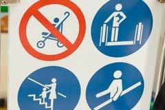 Señal de peligro en la escalera móvil en la estación de metro Opinión superior del foco selectivo de escaleras móviles con las mu Foto de archivo