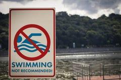 Señal de peligro en la orilla del río, no recomendada para nadar Fotografía de archivo