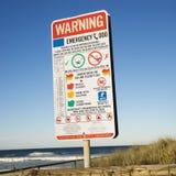 Señal de peligro en la playa. Imagen de archivo libre de regalías