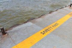 Señal de peligro en muelle del río Imagen de archivo