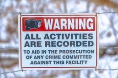 Señal de peligro en una cerca del alambre de púas foto de archivo libre de regalías