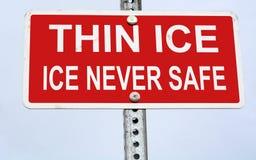 Señal de peligro fina del hielo Foto de archivo libre de regalías