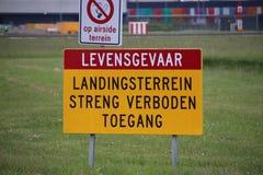 Señal de peligro grande a lo largo de la pista del aeropuerto de Amsterdam Schiphol fotografía de archivo