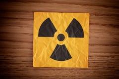 Señal de peligro de la radiación en un tablero de madera imágenes de archivo libres de regalías