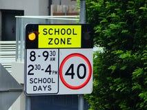 Señal de peligro de la zona de la escuela que destella, Sydney, Australia imágenes de archivo libres de regalías