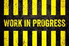 Señal de peligro de las obras en fase de creación con amarillo y rayas negras pintadas sobre fondo grueso de la textura del muro  stock de ilustración
