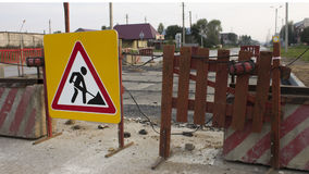 Señal de peligro de las obras viales a continuación en el camino Imagenes de archivo