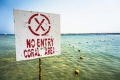 Señal de peligro ninguna entrada - área coralina en Egipto Imágenes de archivo libres de regalías