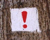 Señal de peligro o marca de exclamación en un árbol Fotos de archivo libres de regalías