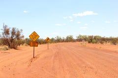 Señal de peligro para el camino seco del tiempo solamente, el viajar abierto en el australiano interior Foto de archivo