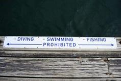 Señal de peligro para el salto, la natación y la pesca fotografía de archivo libre de regalías