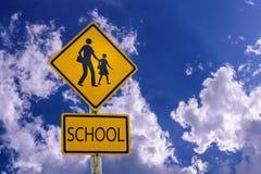 Señal de peligro para la travesía de escuela de los estudiante-niños la calle imágenes de archivo libres de regalías