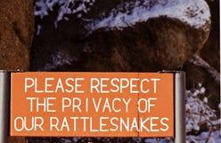 Señal de peligro para las serpientes de cascabel Fotos de archivo