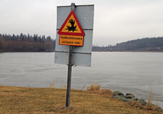 Señal de peligro para los caminante sobre el castillo de Hameenlinna del quigmare casi Foto de archivo