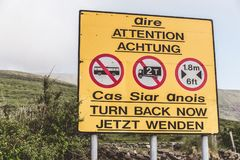 Señal de peligro para los vehículos largos y pesados en el camino escénico a Conor Pass en el condado Kerry, Irlanda Fotos de archivo libres de regalías