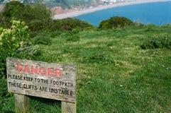 Señal de peligro peligrosa de los acantilados Fotografía de archivo