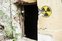 Señal de peligro radiactiva en la pared sucia del grunge en el edificio abandonado de la zona de exclusión Atmósfera de Chernóbil imagen de archivo