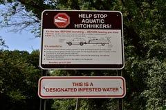 Señal de peligro sobre la infestación del agua imagen de archivo