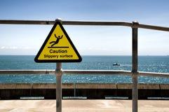 Señal de peligro superficial resbaladiza en la azada de Samphire cerca de Dover Uk Fotografía de archivo libre de regalías