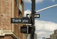 Señal de tráfico de agradecer en la intersección imágenes de archivo libres de regalías