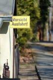 Señal de tráfico alemana amarilla que sale de la salida libre fotografía de archivo