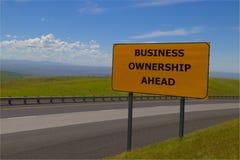 Señal de tráfico amarilla del ` de la propiedad del negocio del ` a continuación foto de archivo libre de regalías