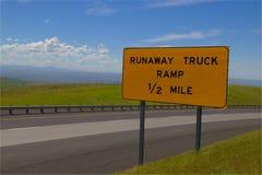 Señal de tráfico amarilla del ` de la rampa del camión del fugitivo del ` a continuación foto de archivo