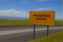 Señal de tráfico amarilla del ` del progreso del ` a continuación imagenes de archivo
