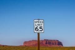 Señal de tráfico americana de los E.E.U.U. - límite de velocidad 65 MPH Fotos de archivo libres de regalías