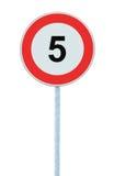 Señal de tráfico amonestadora de la zona del límite de velocidad, aislada 5 kilómetros prohibitivos del kilómetro del kilómetro d Foto de archivo