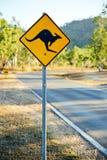 Señal de tráfico amonestadora que muestra una forma del canguro Imagen de archivo