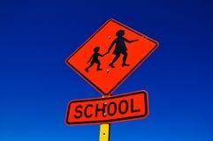 Señal de tráfico anaranjada de la escuela Fotografía de archivo