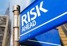 Señal de tráfico azul del riesgo a continuación foto de archivo libre de regalías