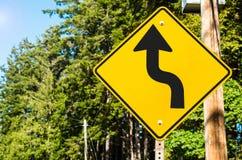Señal de tráfico canadiense a lo largo del Forest Road con las curvas imagenes de archivo