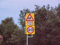 Señal de tráfico cerca de la escuela en País de Gales Imagenes de archivo