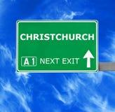 Señal de tráfico de CHRISTCHURCH contra el cielo azul claro imagen de archivo