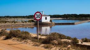 señal de tráfico con el fondo de la playa fotografía de archivo libre de regalías