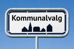 Señal de tráfico con elecciones danesas de los municipios del texto danés fotos de archivo libres de regalías
