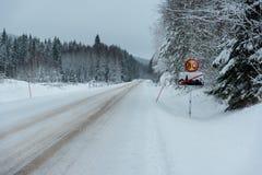 Señal de tráfico con 80 kilómetros por hora Fotos de archivo libres de regalías