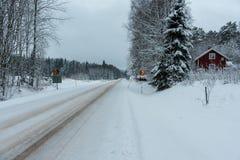 Señal de tráfico con 80 kilómetros por hora y una casa de madera roja Imagen de archivo libre de regalías